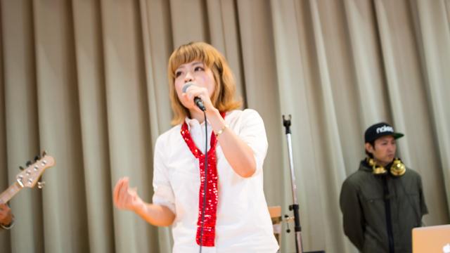 ゴスペル出演者の写真。ソロパートでリードを歌いあげます。